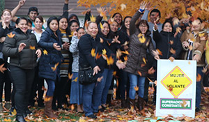 Grantee Mujer Al Volante group picture throwing leaves